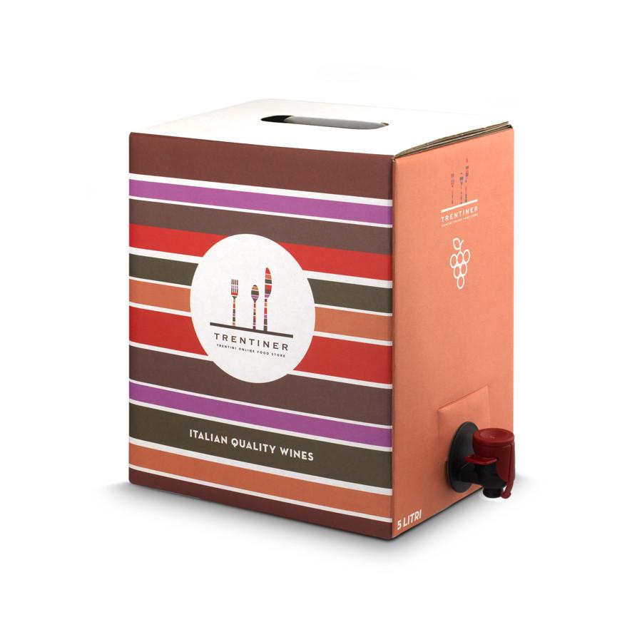 Vino bianco chardonnay in bag in box